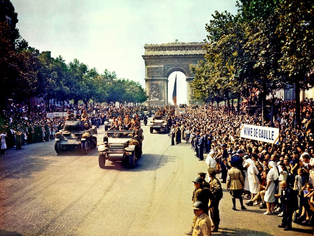 Crowds_of_French_patriots_line_the_Champs_Elysees-26-août-1944